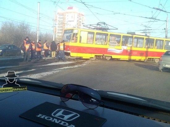 Сошедший с рельсов трамвай в Барнауле перекрыл проспект Ленина