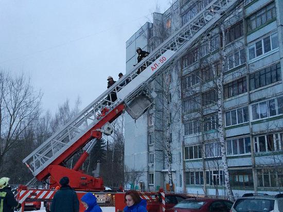 Пожарные в Твери спасли пенсионерку с ребёнком из горящей квартиры высотки