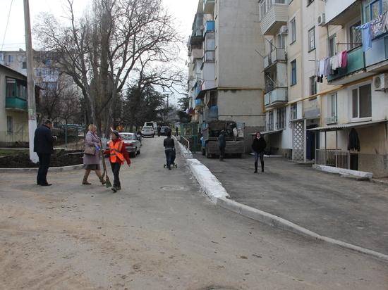 Общественники вместе с властями Балаклавы контролируют ремонт дворов