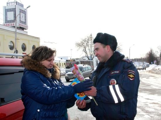 Как инспекторы ГИБДД  цветы дарили
