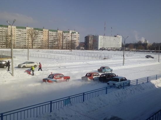 Чтобы посмотреть гонки, в Твери забрались на крышу и забор