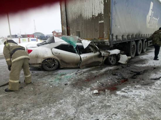 В селе Красный Яр легковушка влетела под фуру, водитель иномарки погиб