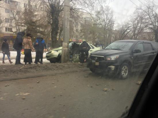 После ДТП в Волгограде водителя без чувств увезли на скорой