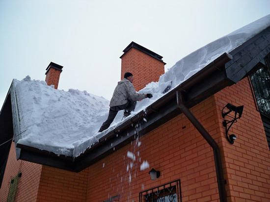В Казани мужчине стало плохо во время очистки крыши от снега
