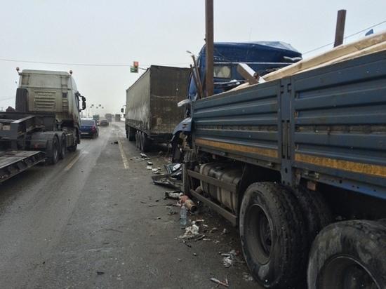 На трассе под Тверью после ДТП из грузовика вытаскивали водителя