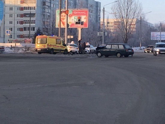 В Ульяновске столкнулись такси и «четверка»