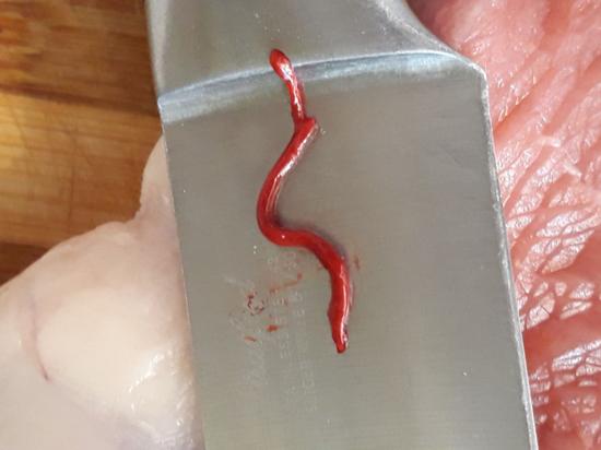 Москвич обнаружил в мясе для стейков огромного червя