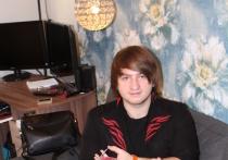 Фокусник из Краснодара  глотает лезвия и  превращает мелкие купюры в крупные