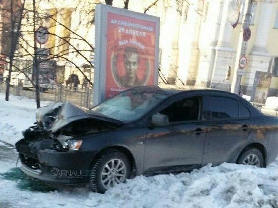 В Барнауле машину вынесло на тротуар при ДТП на проспекте Ленина