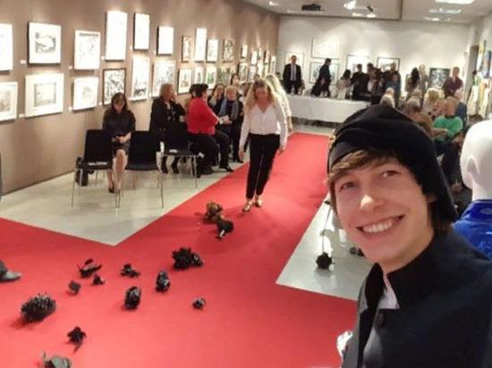 Художника Алекса Долля, уроженца Оренбурга, забросали черными цветами