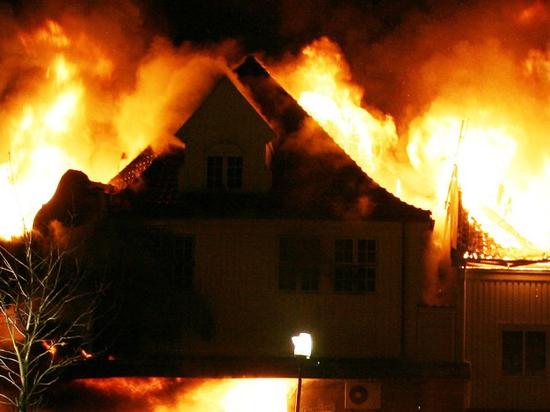 Жильцы сгоревшего в Екатеринбурге дома сбежали с пожара