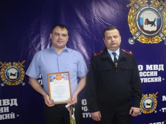 Полицейские наградили тулунчанина, задержавшего грабителя