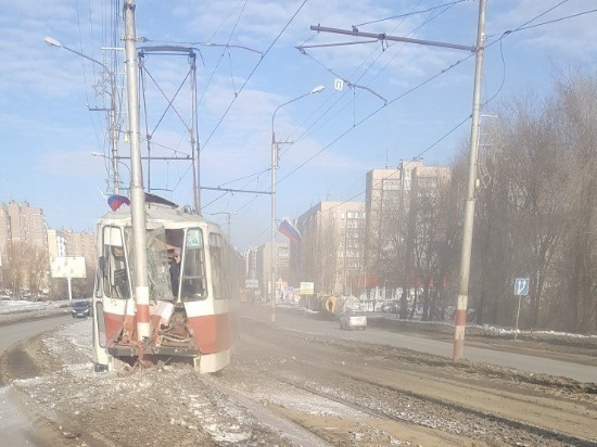 В Ульяновске трамвай сошел с рельсов и врезался в столб, семь человек пострадали