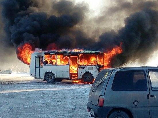 В Омске дотла сгорел автобус