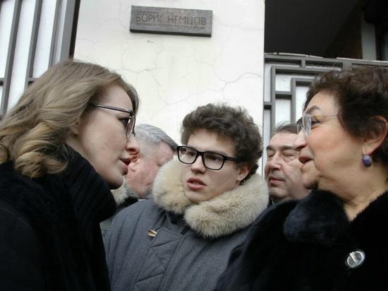 На церемонию пришел сын убитого политика, а дочь категорически отказалась