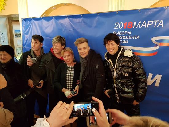 Поп-звезды на участках делали селфи с москвичами: