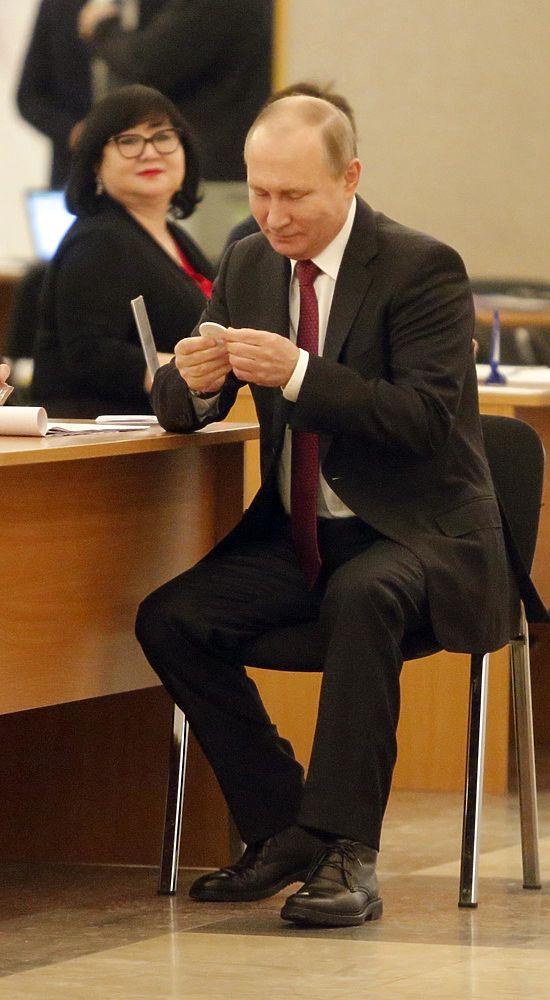 Путин, улыбаясь, проголосовал на выборах президента