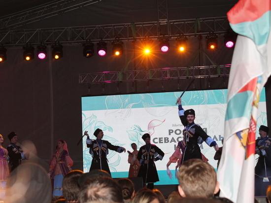 «Крымскую весну» встретили песнями, танцами и грандиозным салютом