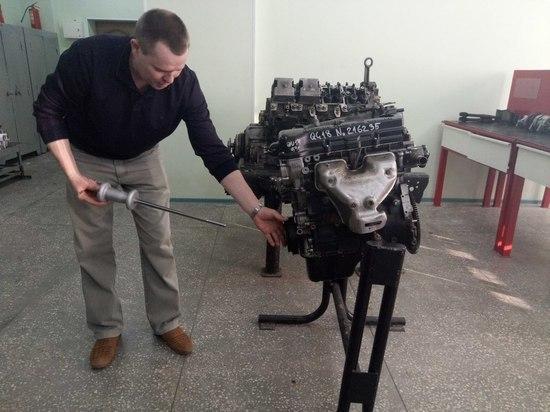 Четыре алтайских журналистки осваивают профессию автомеханика