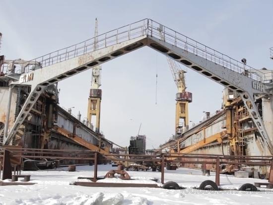 Руферы спасают в Петербурге плавучий док
