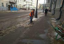 Хотя город по-прежнему утопает в сугробах, а циклоны регулярно приносят в Татарстан снегопады, власти его столицы решили перевести городские службы на летний режим содержания дорог с 15 апреля