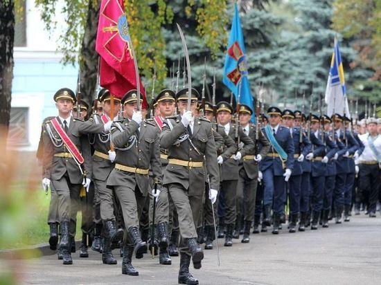 Знаменосец упал в обморок во время речи Порошенко