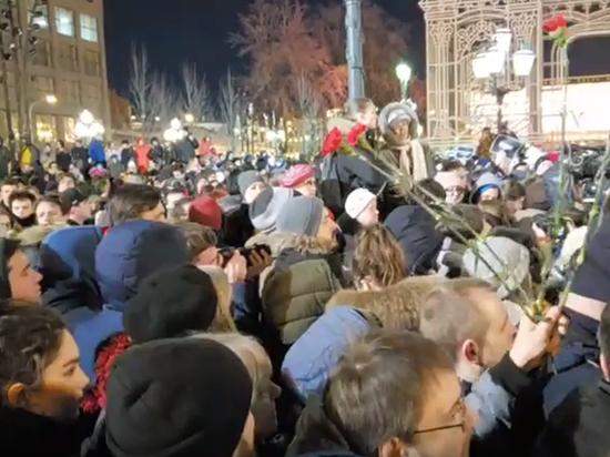 На акции памяти кемеровских жертв на Пушкинской Навальный молчал