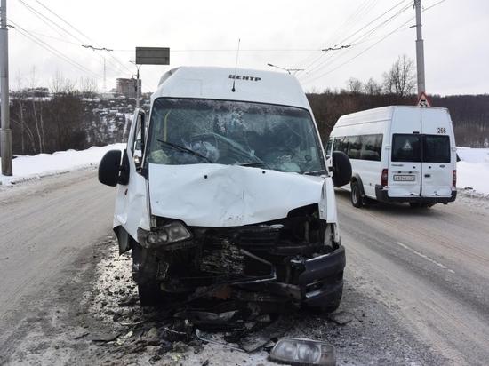 В Чебоксарах столкнулись две маршрутки, пострадали пассажиры