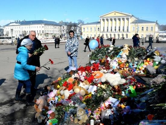 Сергей Ситников возложил цветы и зажег свечу памяти жертв кемеровского пожара