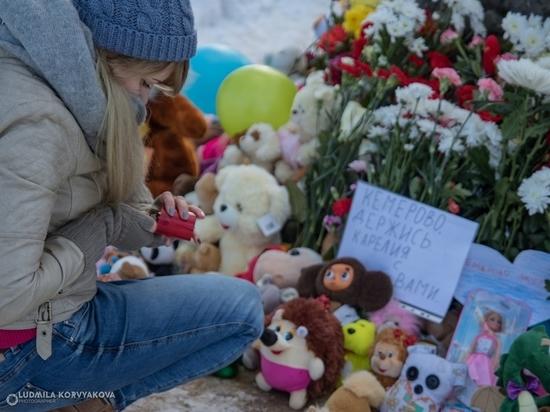 Петрозаводчане принесли свечи, цветы и игрушки к «скорбному камню», разделяя боль трагедии в Кемерово