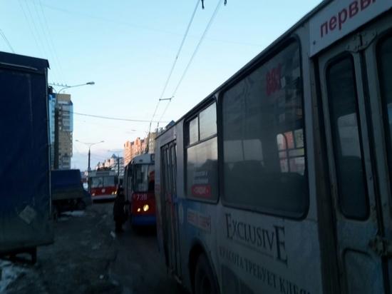 Мелкое ДТП на час парализовало движение троллейбусов в Чебоксарах