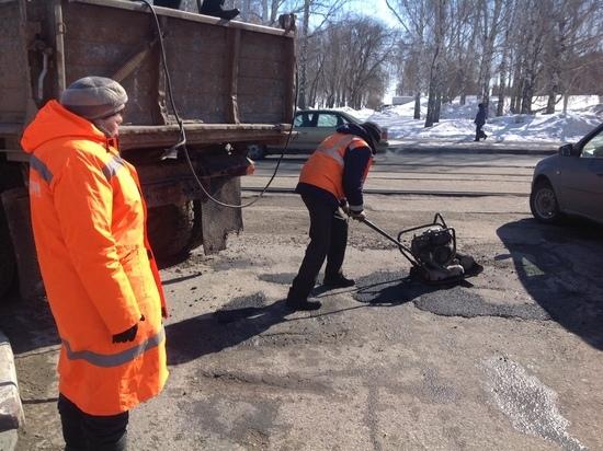 В Ульяновске ямы на дорогах засыпают холодным асфальтом