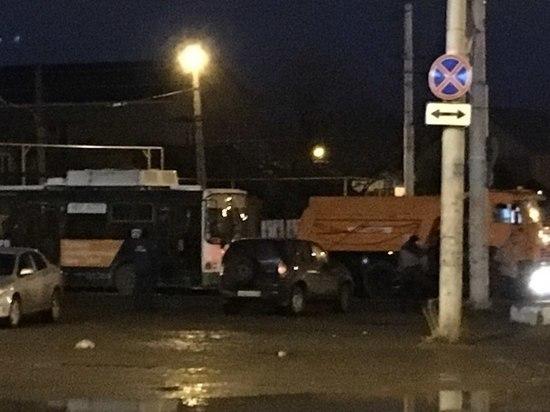 Минувшей ночью в Астрахани вывезли троллейбус
