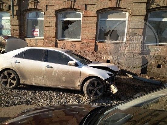 В центре Астрахани автоледи протаранила здание