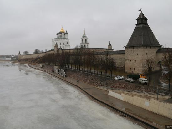 На время паводка стену Псковского кремля избавили от патриотической надписи