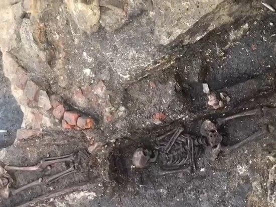 Десятки гробов с хорошо сохранившимися останками найдены у стен тульского «белого» дома