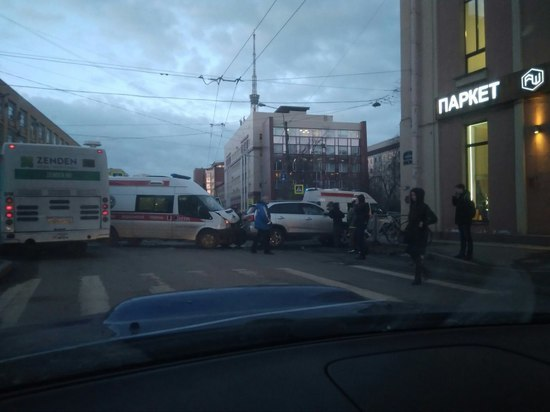 Машина скорой попала в аварию на проспекте Медиков