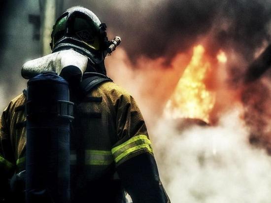 Почти четверть сотни архангельских пожарных тушили деревянный дом сегодня ночью
