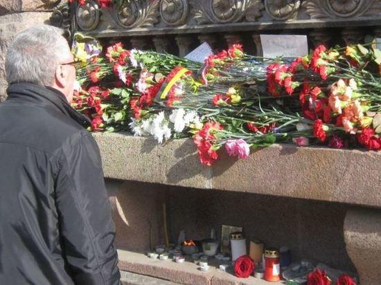 Губернатор Петербурга и спикер петербургского ЗакСа почтили память жертв теракта