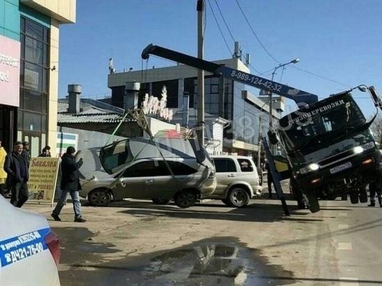 В Иркутске эвакуатор упал вместе с иномаркой