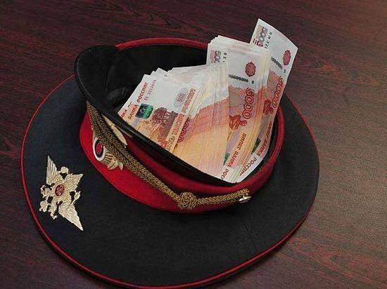 Полицейского из Петербурга обвиняют в мошенничестве на 600 тысяч рублей