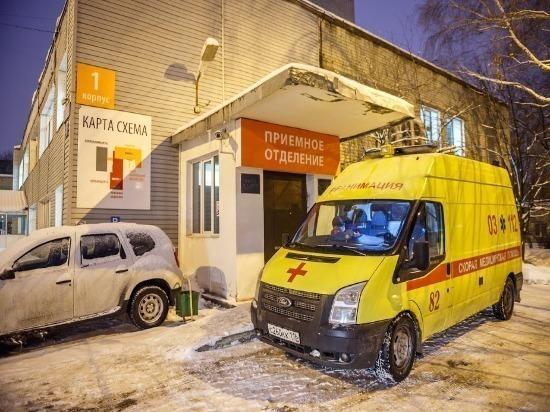 В Ульяновске легковушка врезалась в столб, три человека пострадали