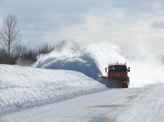 Мурманские автомобилисты не могут справиться со снегом во дворах