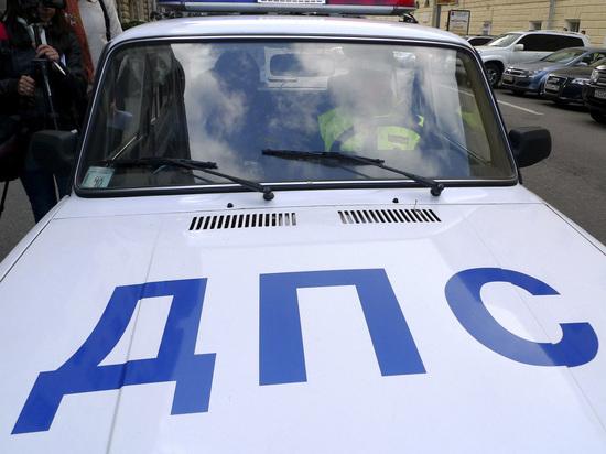 В Москве водитель почти километр вез сотрудника ГАИ, вцепившегося в руль
