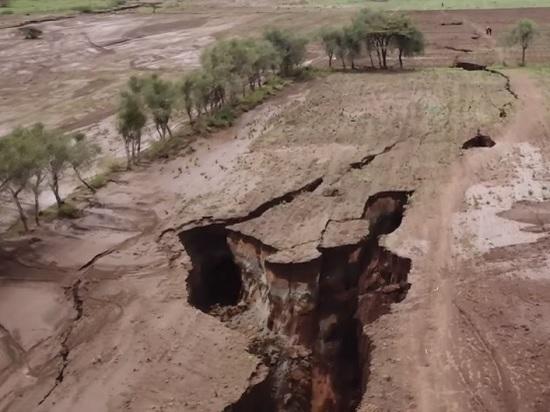 В Кении образовалась огромная трещина в земле