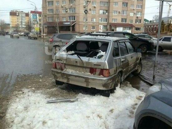 В Ульяновске ледяная глыба разбила легковушку