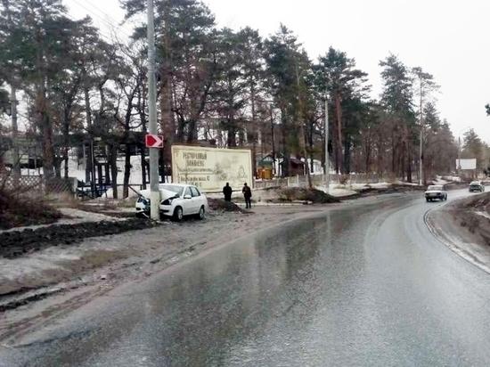 В Тольятти иномарка под управлением 79-летнего водителя врезалась в столб
