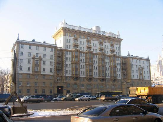 Высылаемые из РФ дипломаты США покинули здание дипмиссии в Москве