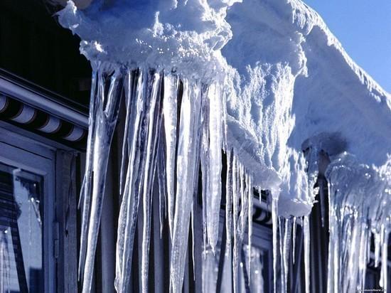 В Ульяновской области возбудили дело после падения на девочку ледяной глыбы с крыши дома
