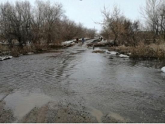 В Новосергиевском районе затопило мост через реку Кинделька